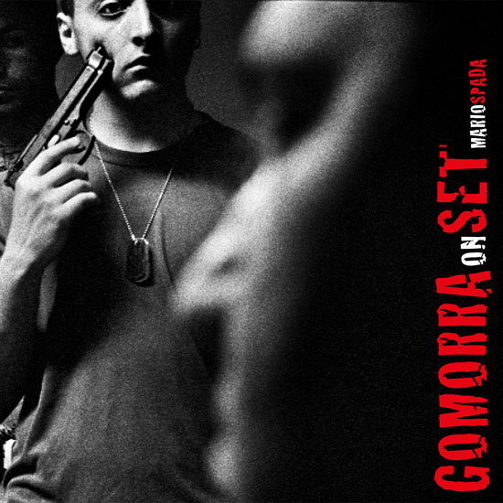 <p>Copertina di M. Spada, <em>Gomorra on Set</em>, Roma, Postcart, 2009</p>