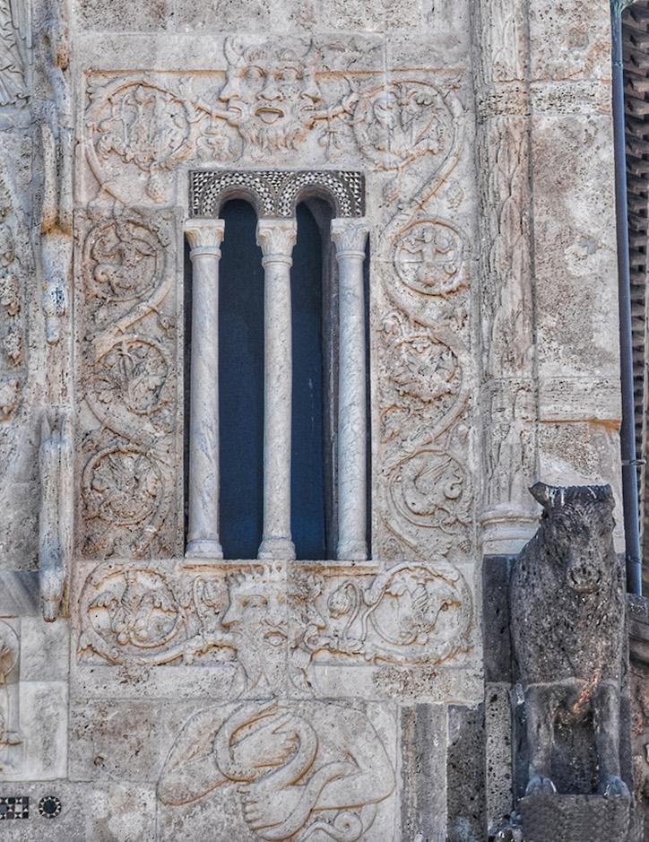 fig. 4 Tuscania, chiesa di S. Pietro: il demonio scolpito sulla facciata, 1250