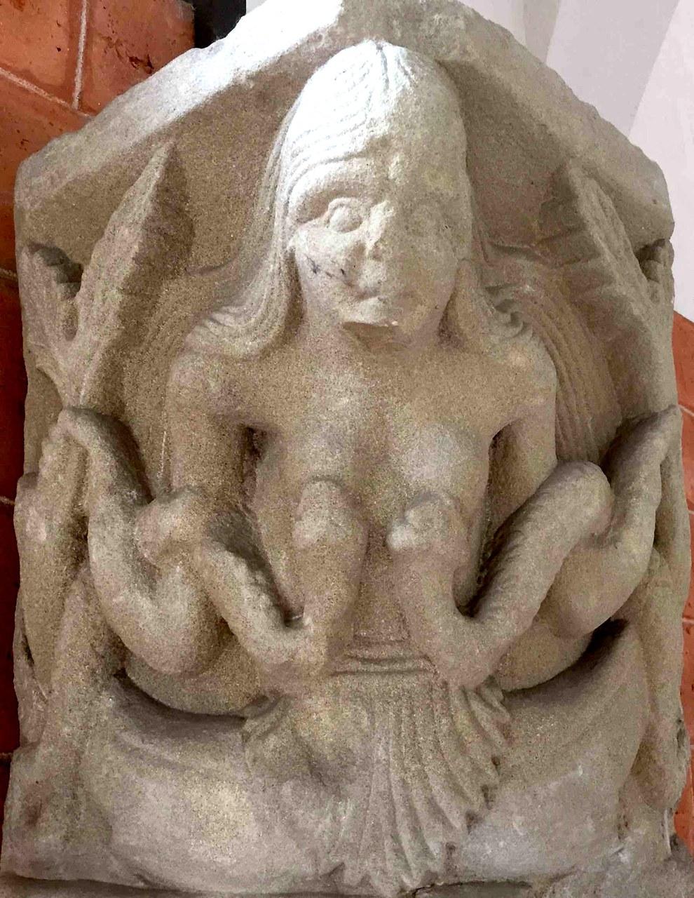 fig. 7 Pavia, Museo civico, capitello da San Giovanni in Borgo, la sirena-Lussuria, secolo XII