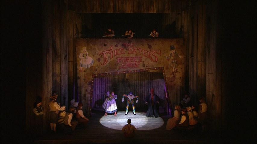 Fig. 3. Arlecchino, Rosaura e Pinocchio nel Teatro dei burattini (Sadler's Wells Theatre di Londra, 2008)