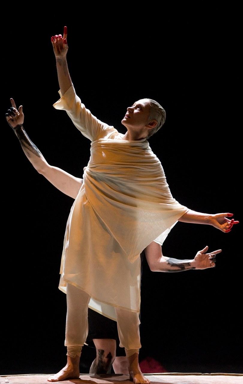 Fig. 5 Mariangela Gualtieri in Nel silenzio dei fiori – Notte trasfigurata, 2010, foto di Rolando Paolo Guerzoni