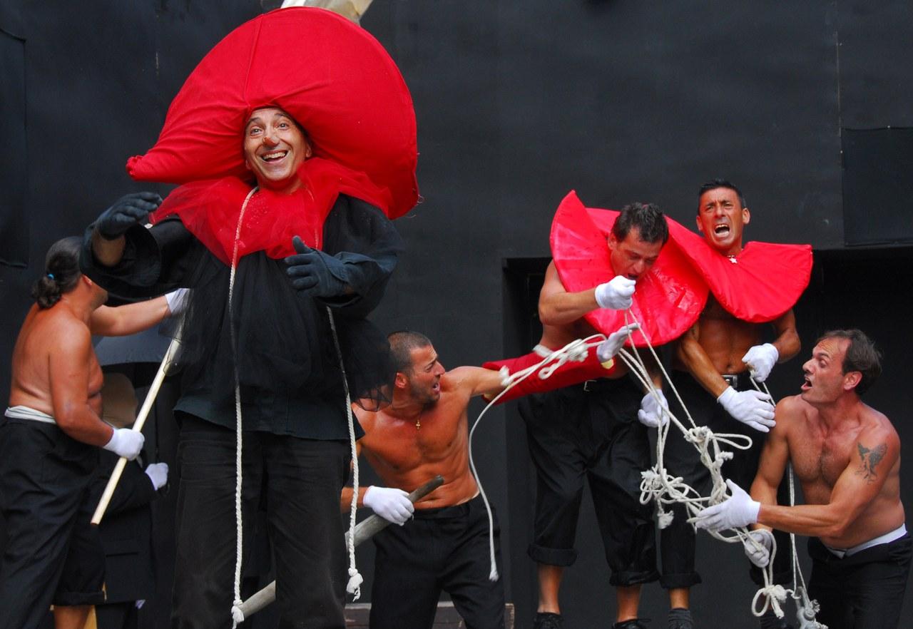 Fig. 7. Compagnia della Fortezza, Pinocchio. Lo Spettacolo della Ragione, regiadi Armando Punzo (Casa di Reclusione di Volterra, 2008), foto di Stefano Vaja