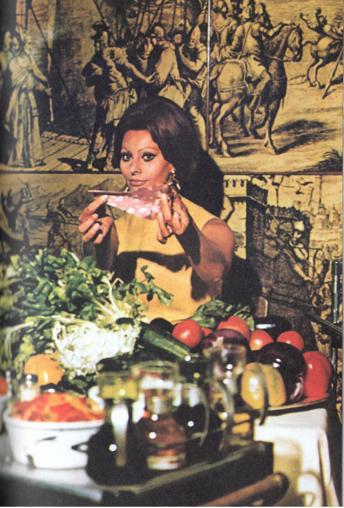Fig. 3Sophia Loren in una foto di Tazio Secchiaroli pubblicata in In cucina con amore, Milano, Rizzoli, 2014