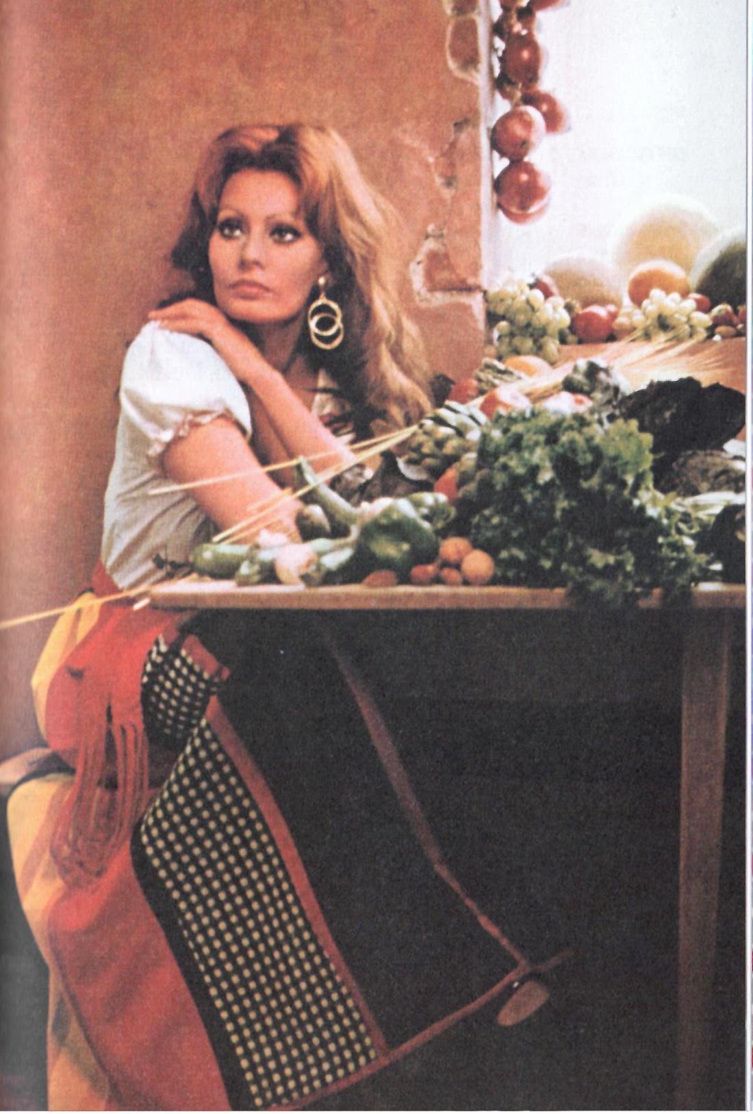 Fig. 4Sophia Loren in una foto di Tazio Secchiaroli pubblicata in In cucina con amore, Milano, Rizzoli, 2014