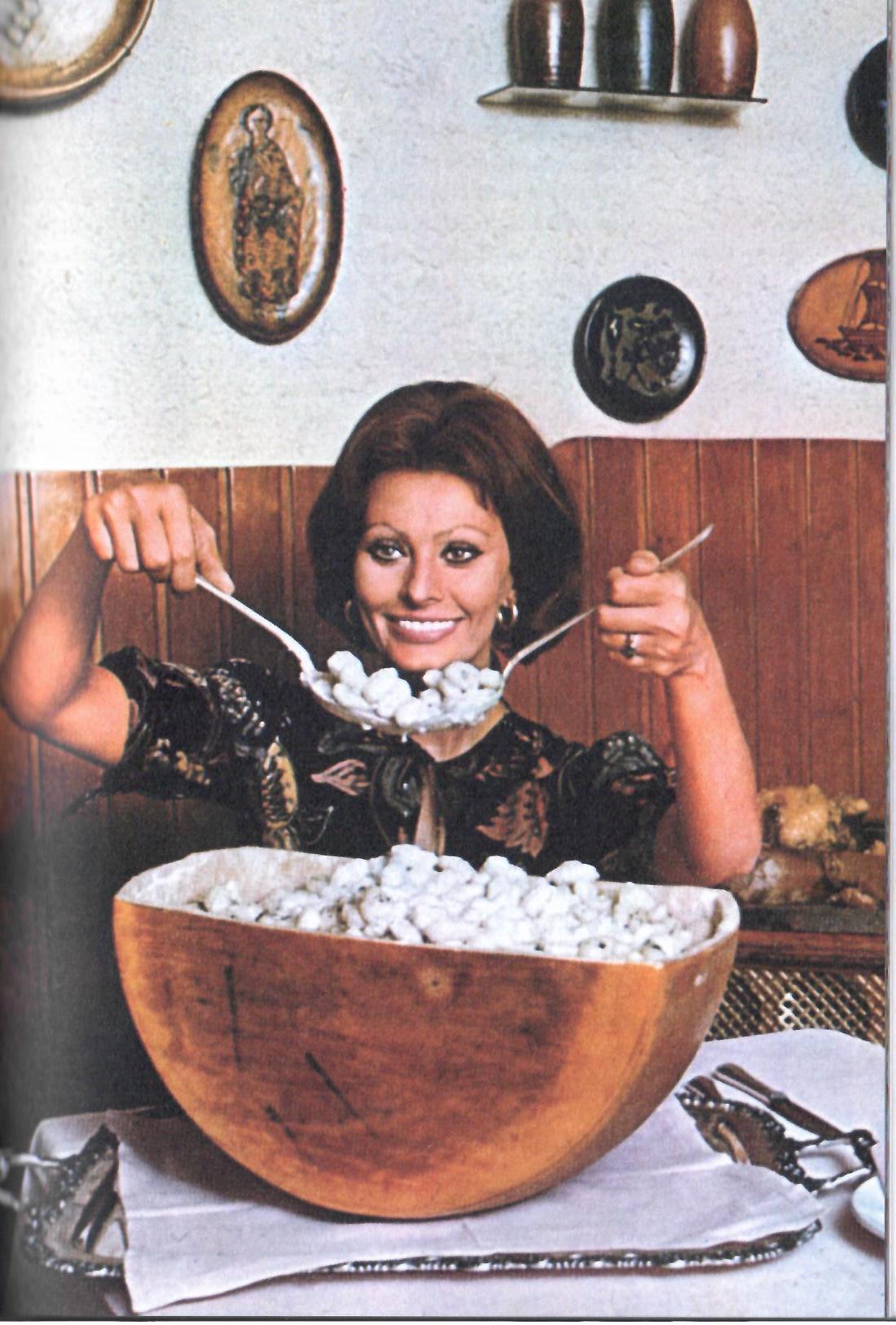 Fig. 5Sophia Loren in una foto di Tazio Secchiaroli pubblicata in In cucina con amore, Milano, Rizzoli, 2014