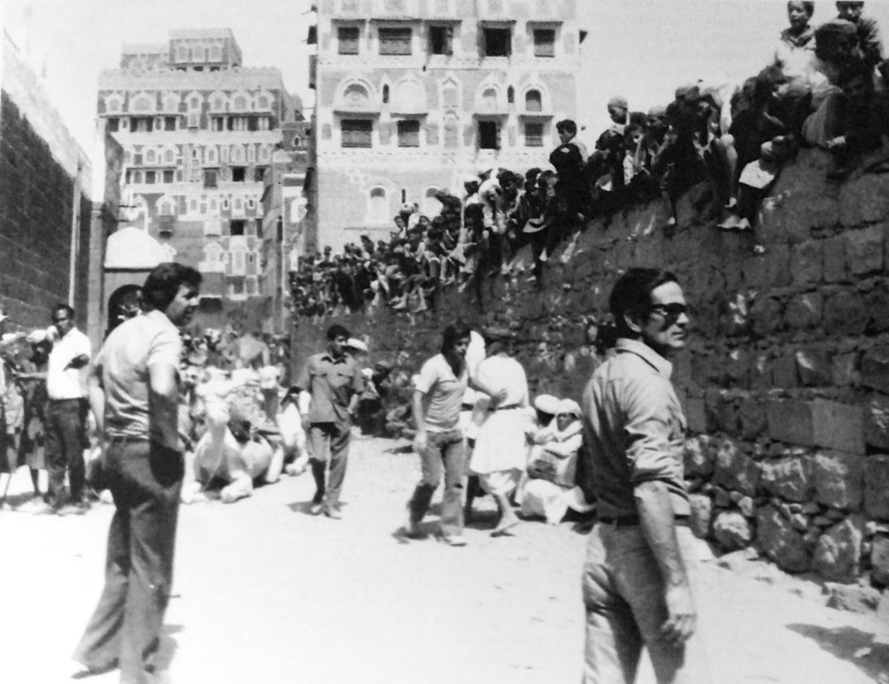 Pasolini davanti le mura di Sana'a (1971) © Mario Tursi