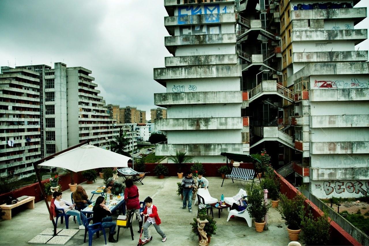 Ripresa dall'alto della terrazza e delle Vele di Scampia durante la lavorazione della serie. Foto di Emanuela Scarpa
