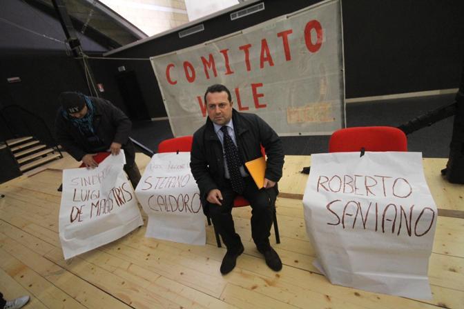 Un'immagine della protesta contro le riprese della serie organizzata da Angelo Pisani. Fonte: Corriere del Mezzogiorno
