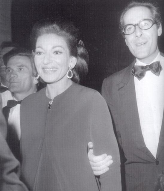 Pasolini, in secondo piano, con Maria Callas e Franco Rossellini a Parigi, per la prima diMedea