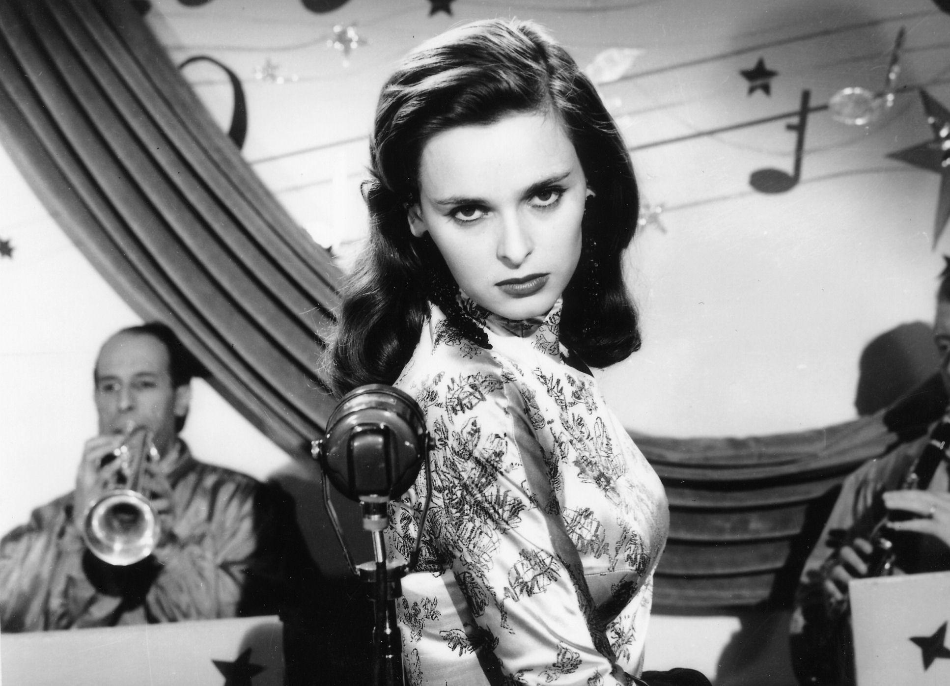 Lucia Bosè interpreta l'attrice Clara Manni in La signora senza camelie di Michelangelo Antonioni, 1953