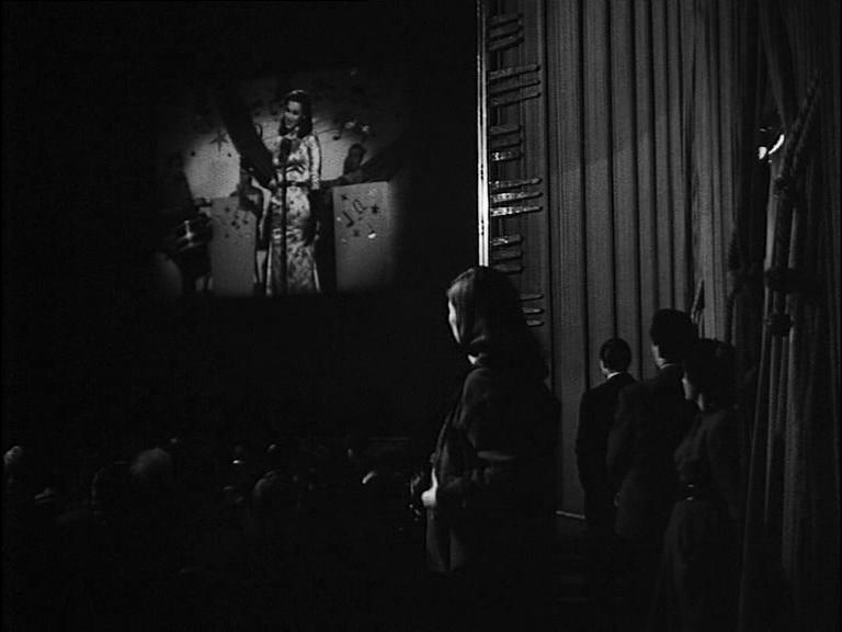 Clara non riesce a riconoscere la sua immagine da femme fatale proiettata sul grande schermo e si perde nel prisma proiettivo dei riflessi fotogenici (La signora senza camelie di Michelangelo Antonioni, 1953)