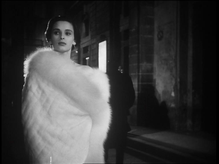 In Cronaca di un amorediMichelangeloAntonioni(1950) Bosè è Paola Fontana, sofisticata signora dell'alta borghesia milanese coinvolta in una torbida relazione extraconiugale con un uomo venuto dal passato