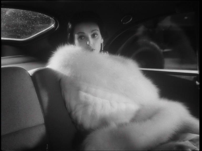 Cronaca di un amore di Michelangelo Antonioni (1950) è un film sulla metamorfosi di una donna, Paola, che da studentessa di provincia si trasforma in un'elegantissima femme fatale. Non a caso chiunque provenga dal suo passato nel rivederla si chiede «Come ha fatto a diventare così?»
