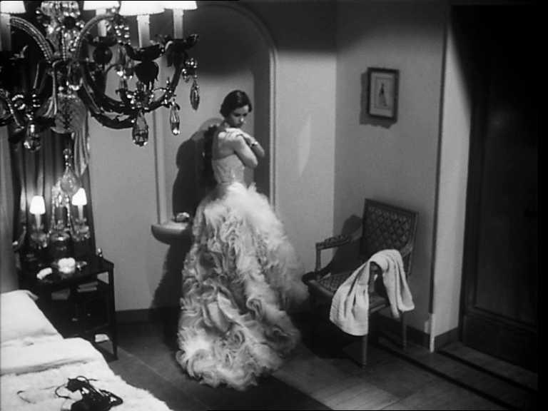 Lucia Bosè in una scena del film Cronaca di un amore di Michelangelo Antonioni, 1950