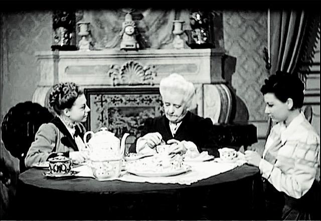 Caterinetta, ormai anziana, e le sue nipoti nel film Un garibaldino al convento di Vittorio De Sica, 1942