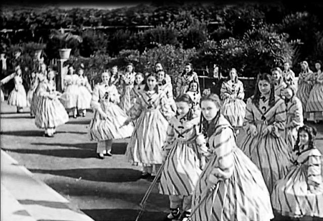 Le allieve del collegio di Santa Rossana nel film Un garibaldino al convento di Vittorio De Sica, 1942