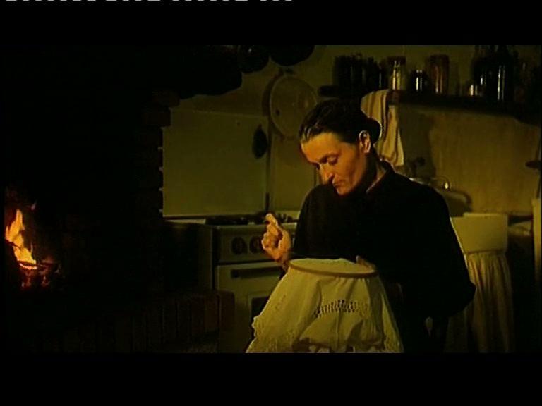 Una scena di ...con amore, Fabia di Maria teresa Camoglio, 1993 - La madre cuce un inutile corredo