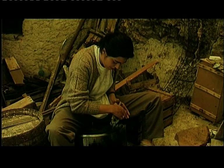 Una scena di ...con amore, Fabia di Maria teresa Camoglio, 1993 -Fabia trasforma gli scarti in arte