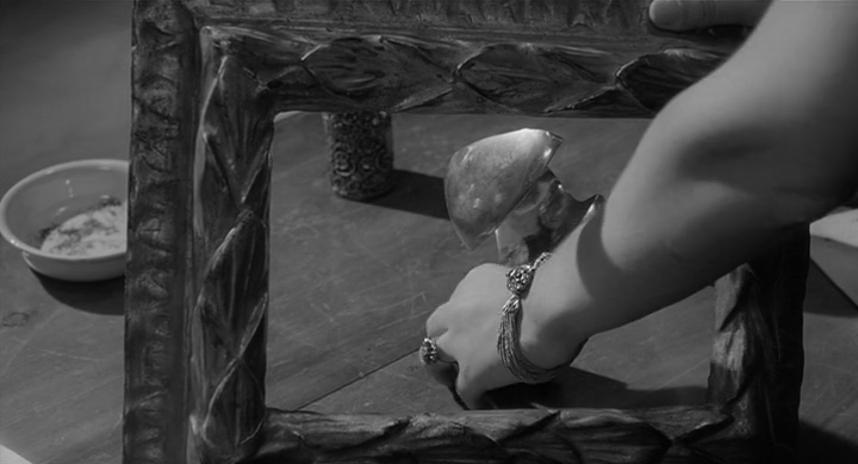 Vittoria tocca e dispone gli oggetti, L'eclisse (1962)