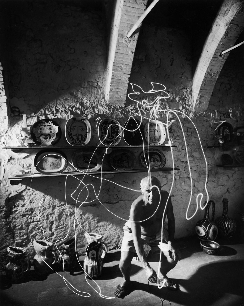 Picasso drawing with light, ©Gjon Mili in 1949