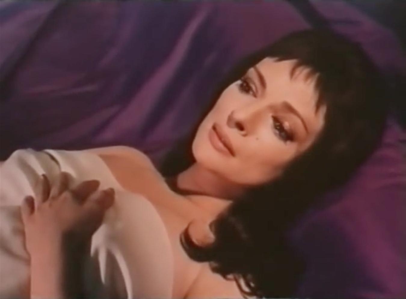 Fig. 1 Lo sguardo di Judith sul letto di nozze quando vede le porte (a, b) e il contenuto delle prime stanze (c). Michael Powell, Herzog Blaubarts Burg, 1963.