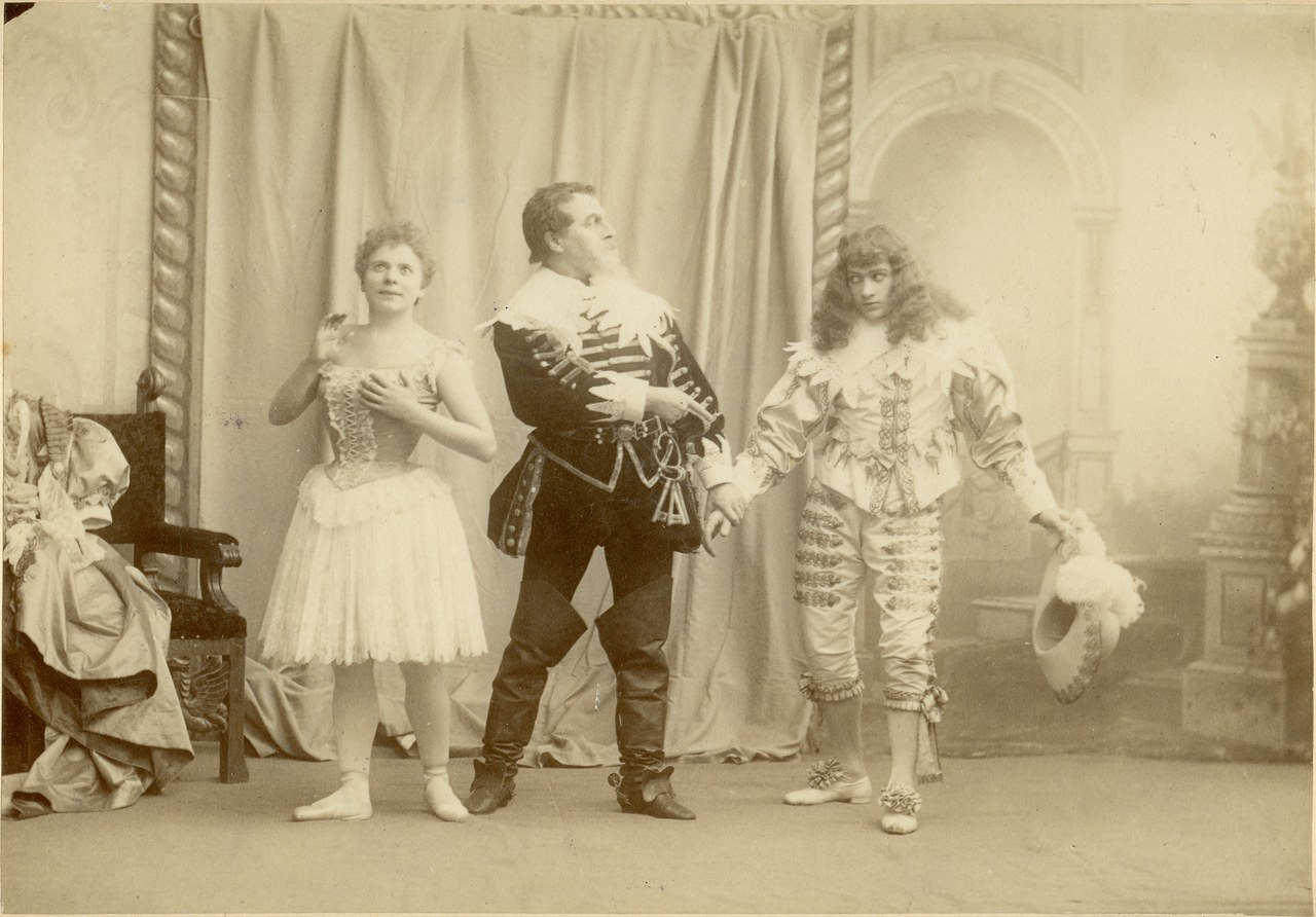 Fig. 2 Fotografia b/n dal balletto Sinjaja-boroda. Da sinistra: Izora (P. Legnani), Raul' (P.A. Gerdt), Artur (S.G. Legat), © St. Petersburg State Museum of Theatre and Music.