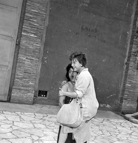 Anna Magnani e Giulietta Masina scherzano davanti agli obiettivi dei fotografi