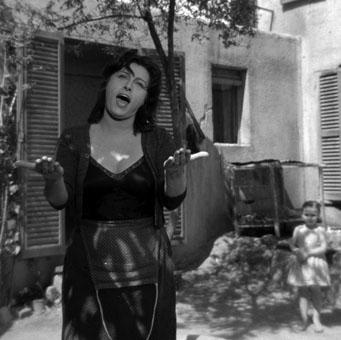 Il corpo materno e insieme sensuale di Anna Magnani in Bellissima di L. Visconti, 1952