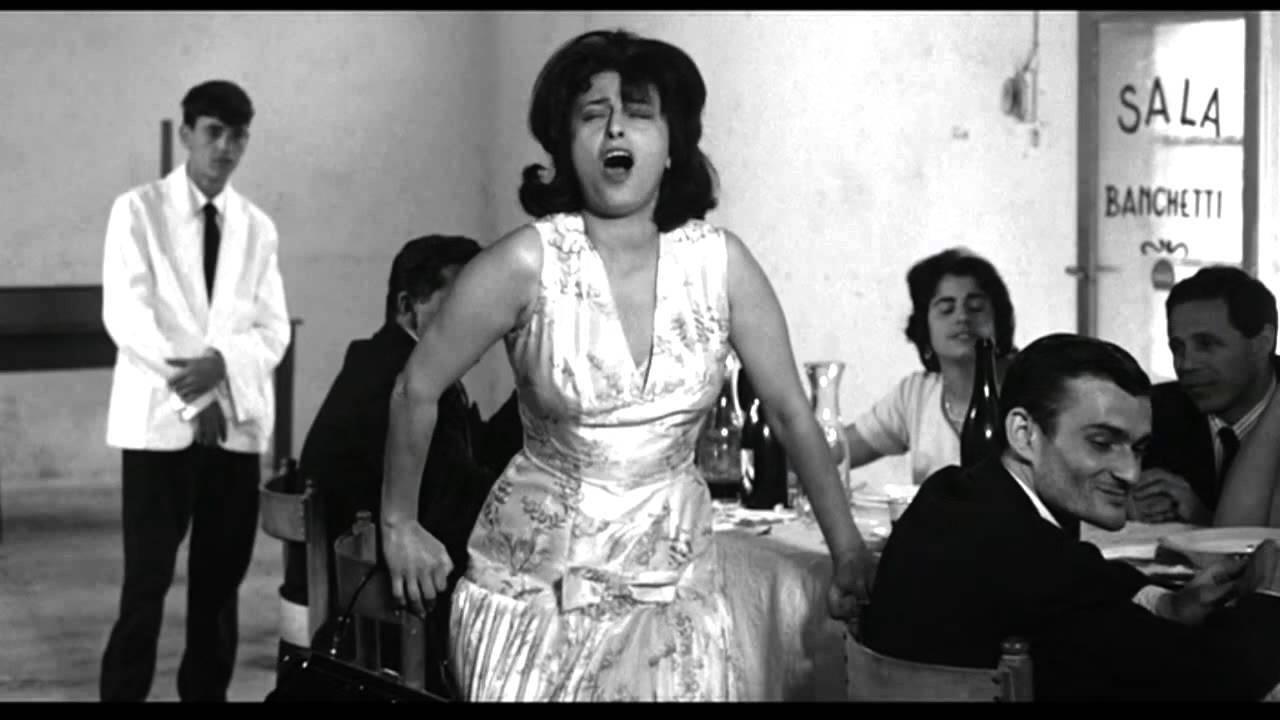 Il corpo performativo di Anna Magnani durante la battaglia degli stornelli in Mamma Roma di P.P. Pasolini, 1962