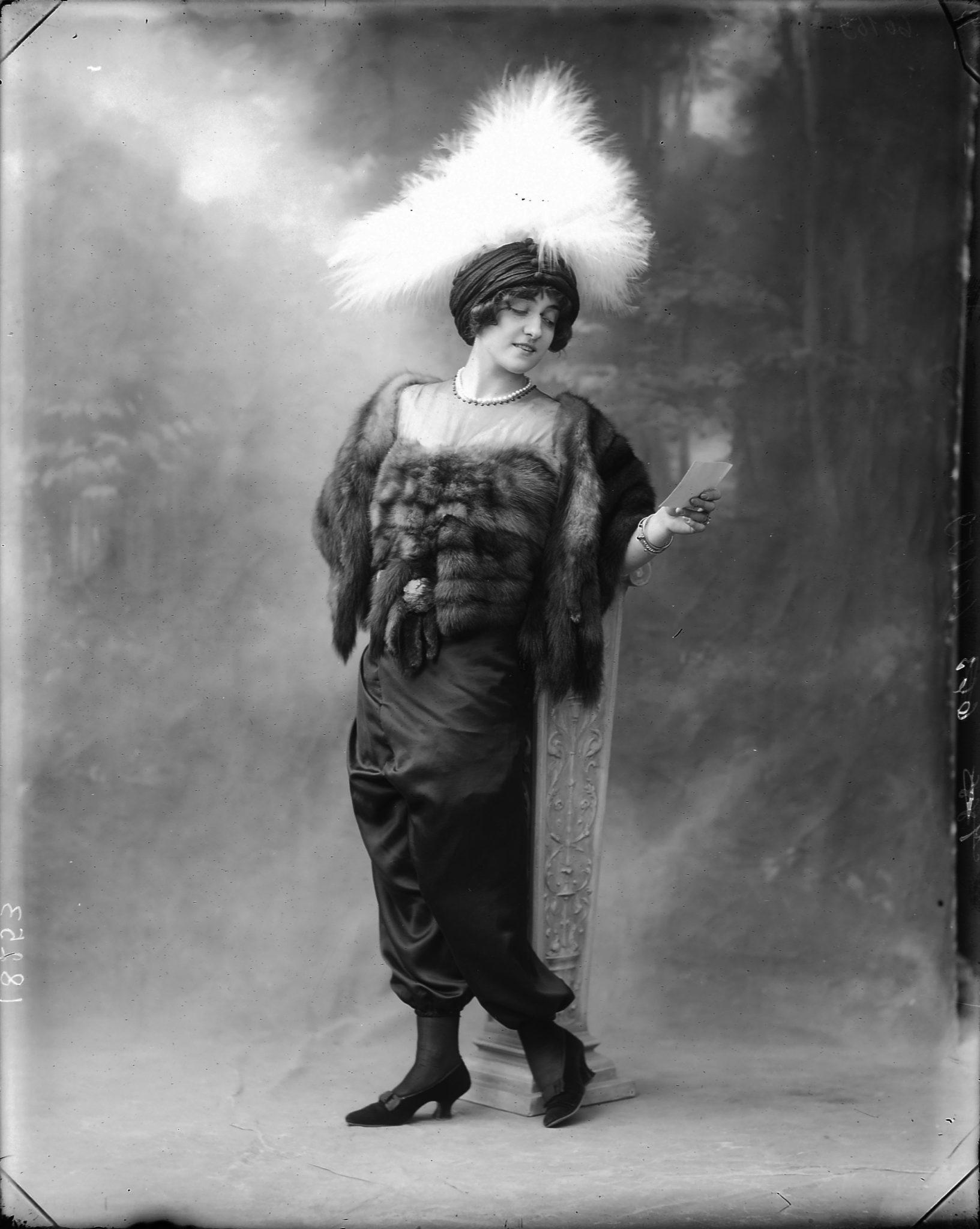 Lyda Borelli con la jupe-culotte, 1911 circa. Fotografia di Mario Numes Vais. ICCD-GFN, Archivio Nunes Vais, Roma