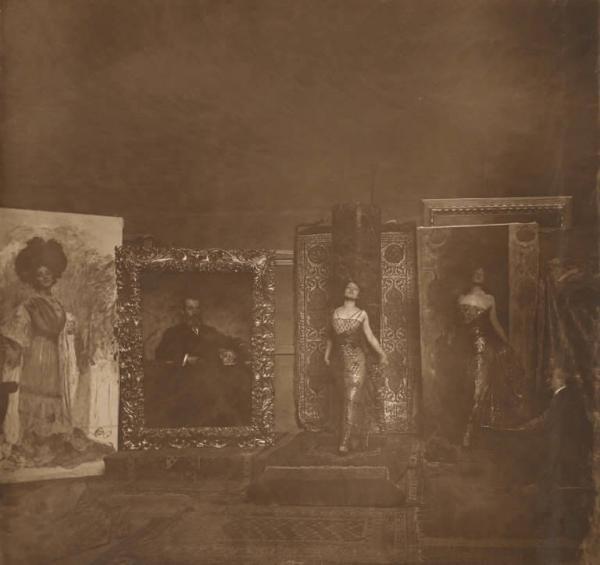 Nello studio del pittore. Lyda Borelli con il costume di scena di Salomè nello studio del pittore Cesare Tallone, 1911. Foto di Emilio Sommariva, SIAE - Biblioteca e Raccolta Teatrale del Burcardo, Roma