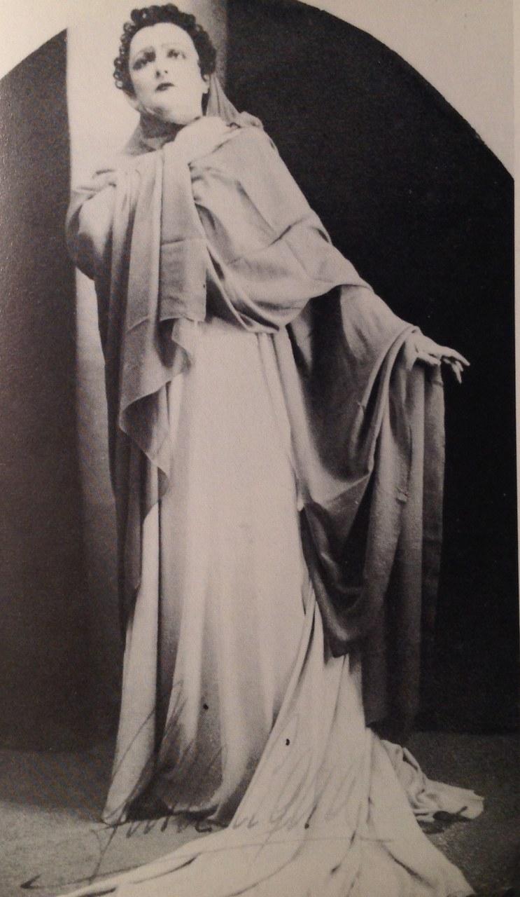 Gina Cigna in una foto di scena nei panni di Norma © Museo Bellini di Catania
