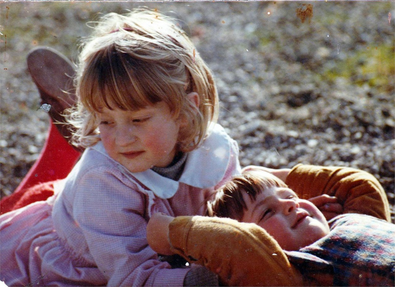 Foto di famiglia delle due sorelle Rohrwacher a 3 e 5 anni (ca. 1984), pubblicata su Vanity Fair, 20 giugno 2014, nella galleria online che accompagna l'articolo La terra delle Meraviglie di Alice (e Alba) Rohrwacher