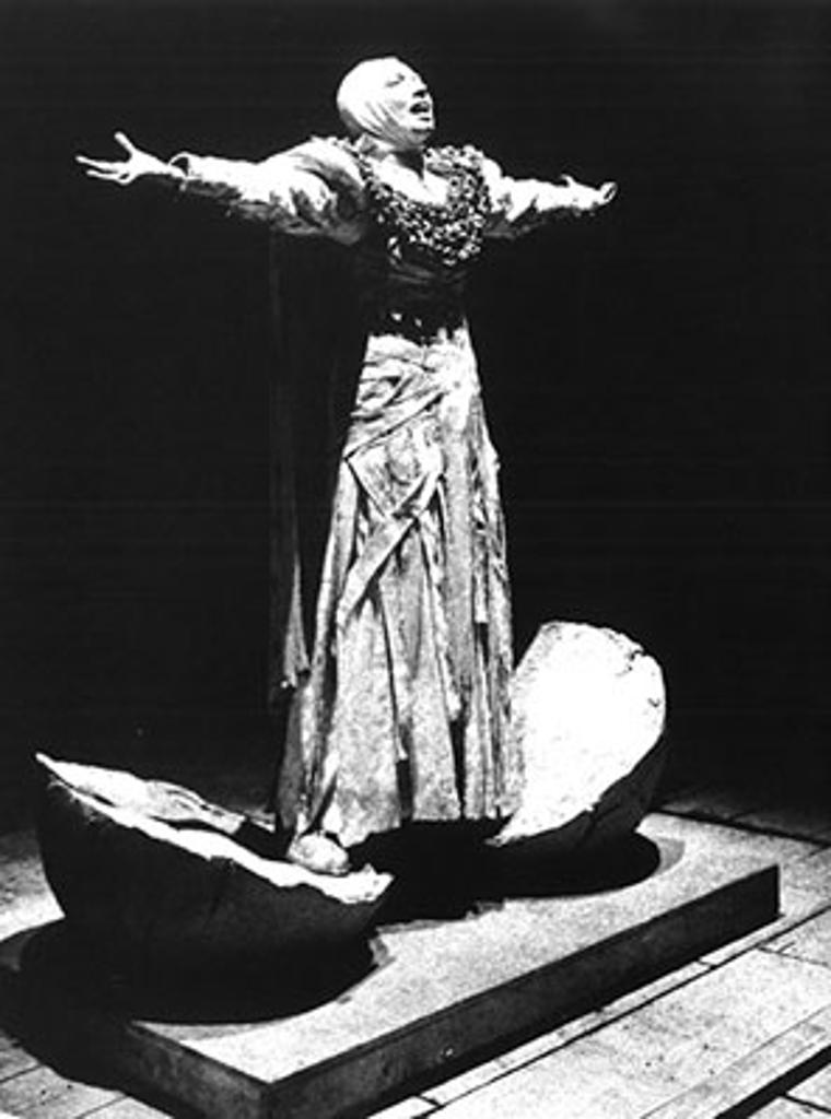 I costumi di Enrico Job esaltano la produzione discorsiva del corpo di Melato a partire dal ruolo di Cassandra in L'Orestea di Luca Ronconi (1972) http://www.ateatro.org/mostra_ronconi_teatro.asp