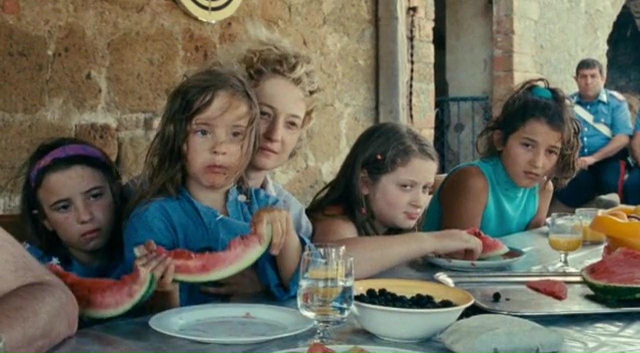 Angelica e le sue quattro figlie: Gelsomina (Maria Alexandra Lungu), Marinella (Agnese Graziani), e le piccole Caterina (Eva Lea Pace Morrow) e Luna (Maris Stella Morrow – a loro volta sorelle) in Le meraviglie