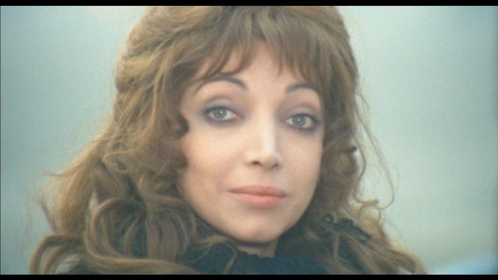 Il primo piano di presentazione di Fiore in Mimì metallurgico ferito nell'onore (1972) esalta gli occhi verdi e incornicia il viso sfuggente con i capelli per catturare la luce