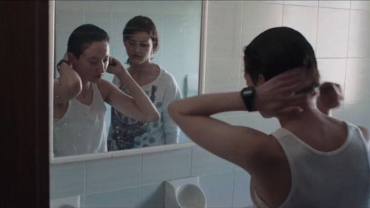 Alba Rohrwacher nel ruolo di Mark/Hana, con la sorella Lila (Flonja Kodheli), in Vergine giurata di L. Bispuri, 2015