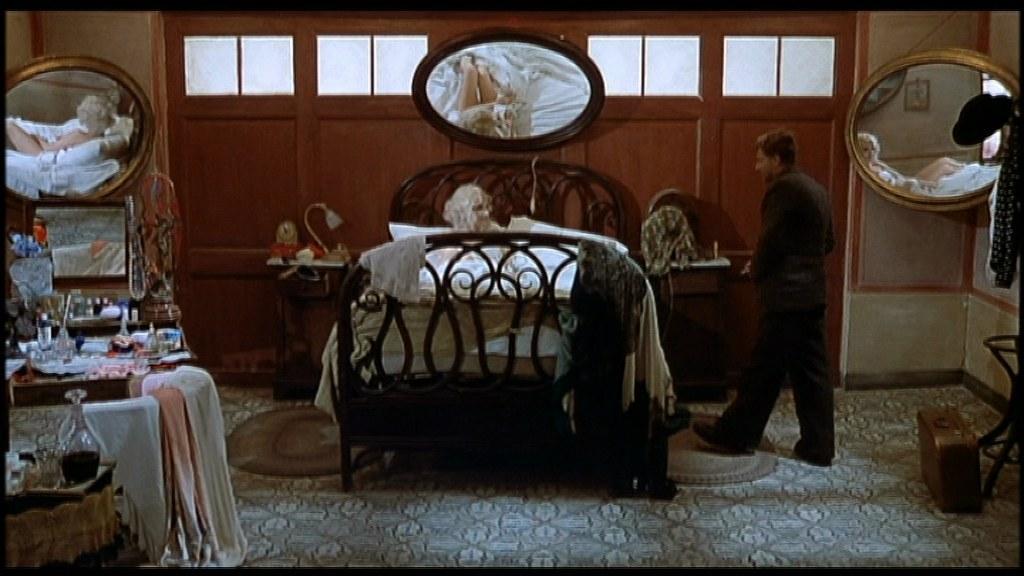 Il corpo di Salomè in Film d'amore e d'anarchia non può essere contenuto nei confini delle cornici che pure la circondano, e sfugge continuamente dagli specchi, dai vestiti e dall'inquadratura