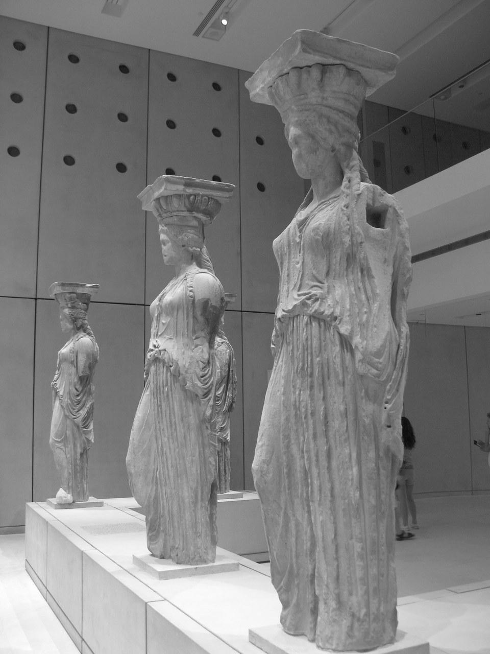 Cariatidi dell'Eretteo dell'Acropoli nel museo Archeologico di Atene © Tilemahos Efthimiadis – This file is licensed under the Creative Commons Attribution-Share Alike 2.0 Generic license