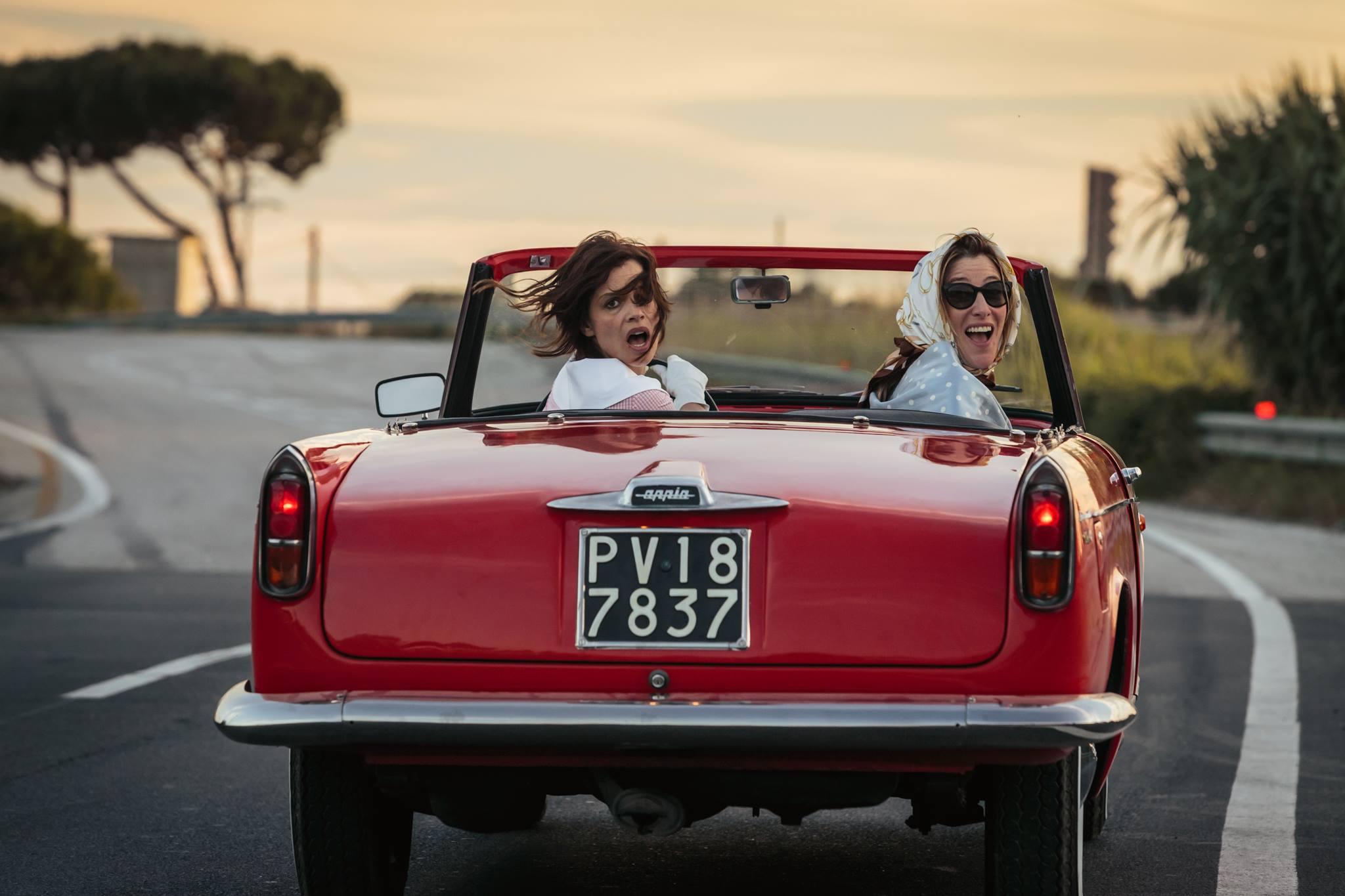 Valeria Bruni Tedeschi e Micaela Ramazzotti nel film La pazza gioia di Paolo Virzì, 2016