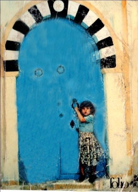 La petite fille devant la porte