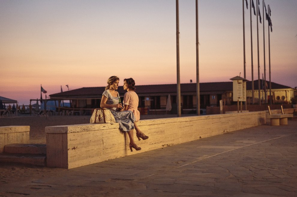 Valeria Bruni Tedeschi e Micaela Ramazzotti nel film La pazza gioia, di Paolo Virzì, 2016