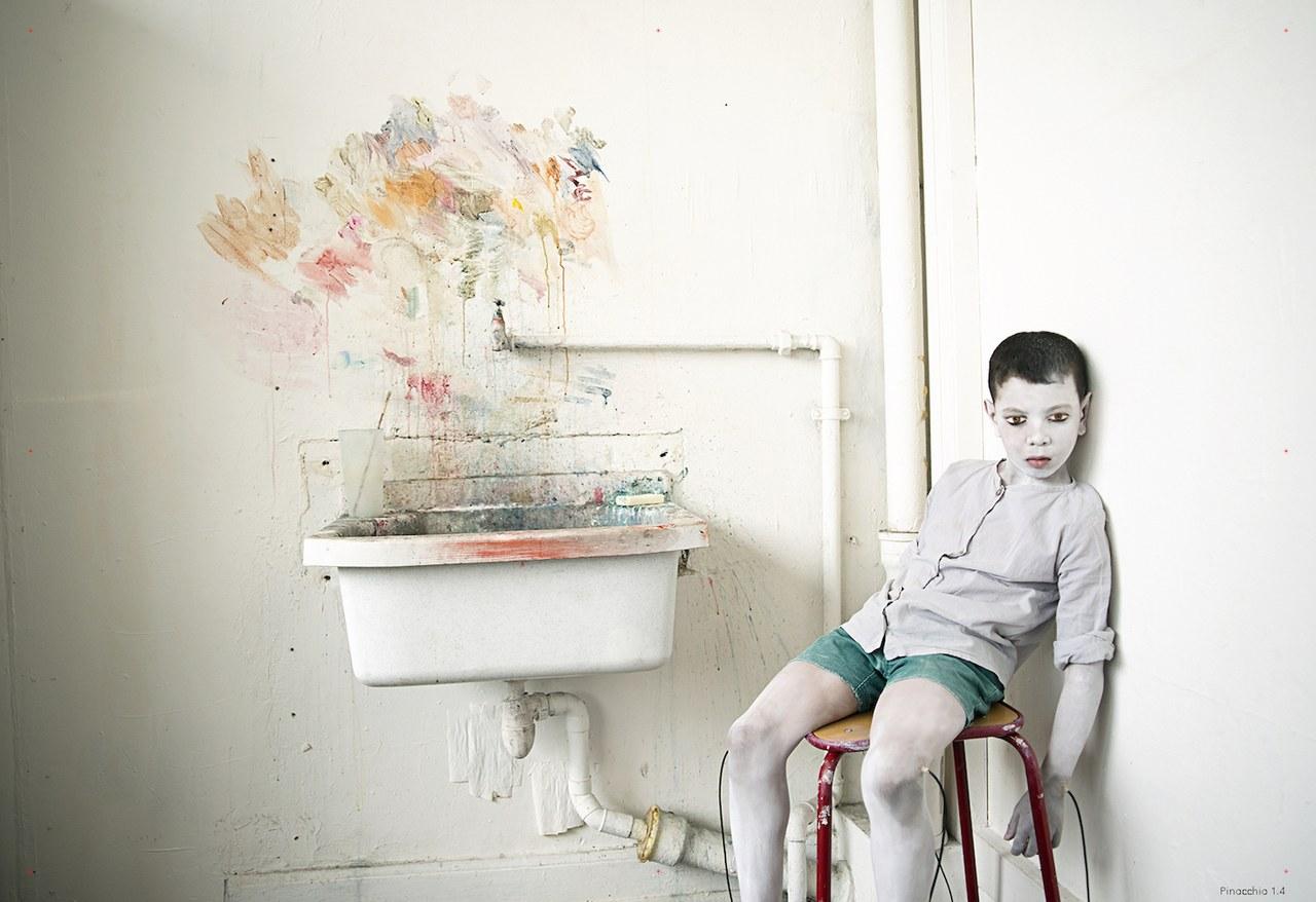 Fig. 1. Pinocchio 1.4. Younes Marwane Moulai. Assistant maquillage: Arzou Cerran. Atelier peinture Hear(Strasbourg)©Elisabeth Carecchio & Alice Laloy