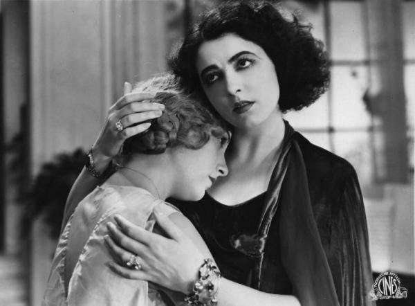 Fig. 6 Marcella Albani e Lia Franca sul set di Corte d'assise (1930) di Guido Brignone