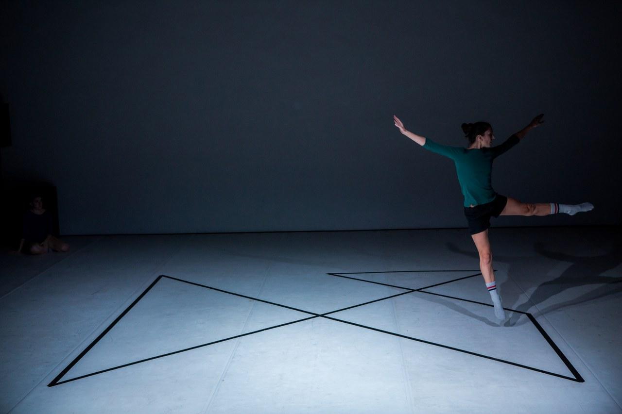 Alphabet: Mappe, danzatori: Carolina Amoretti, Sissj Bassani e Rhuena Bracci; ph. Ilaria Costanzo