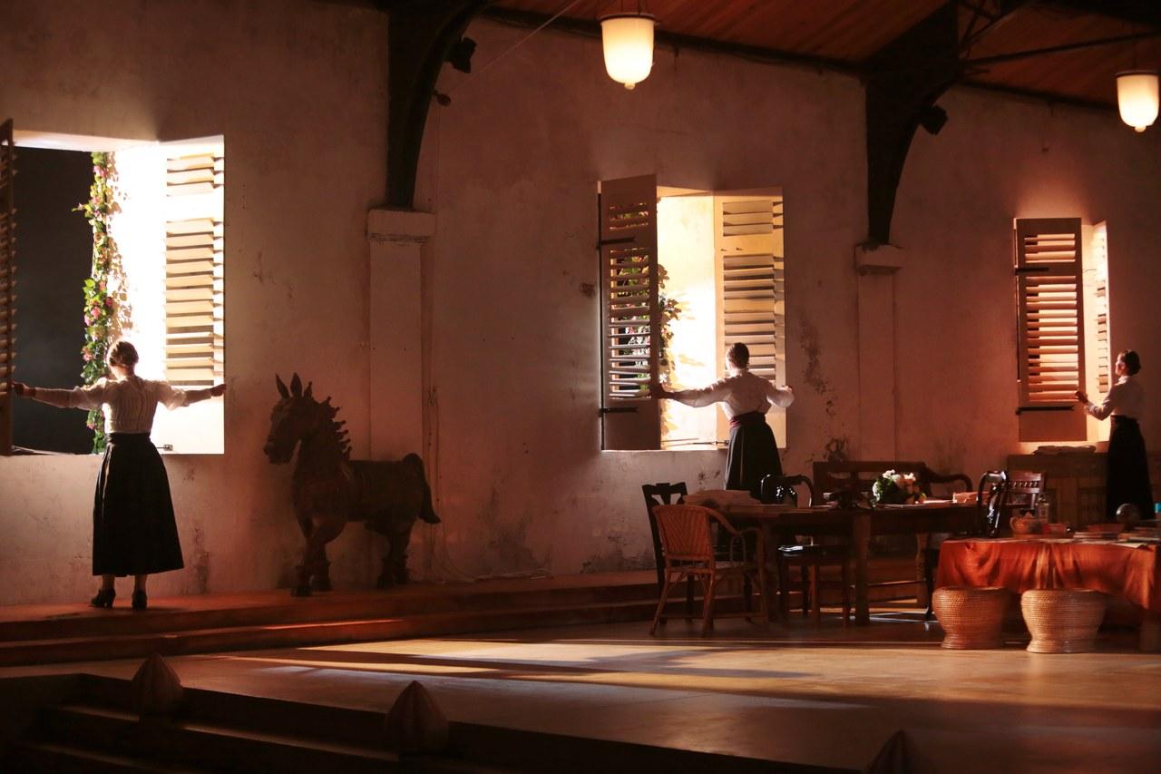 Le tre sorelle spalancano le finestre della dacia indiana. In scena: Dominique Jambert, Andrea Marchant, Alice Milléquant ©Michele Laurent