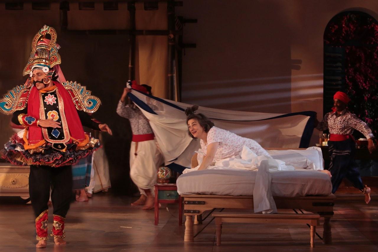 L'irruzione giocosa della troupe di Terukkuttu. In scena: Sébastien Brottet-Michel, Dominique Jambert, Hèlène Cinque, Eve Doe Bruce ©Michele Laurent