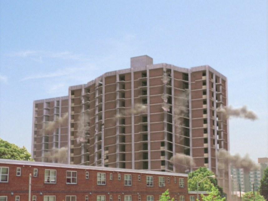 La demolizione delle Torri di Baltimora all'inizio della terza stagione di The Wire