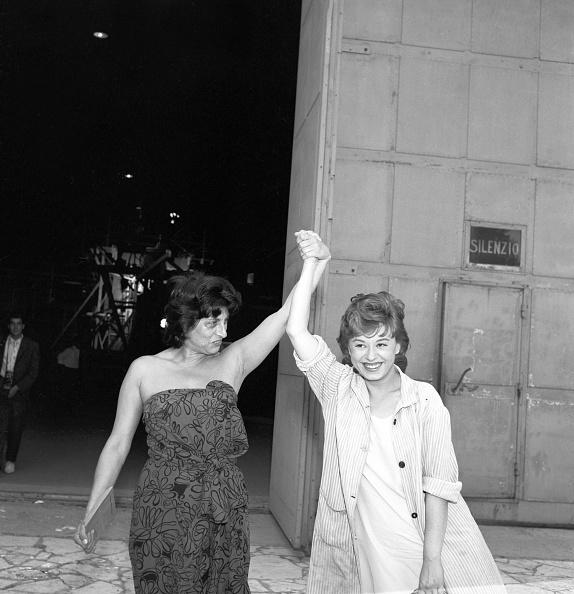 Anna Magnani e Giulietta Masina posano per i fotografi