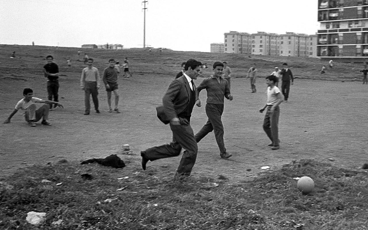 Pasolini gioca a calcio in un campo di periferia